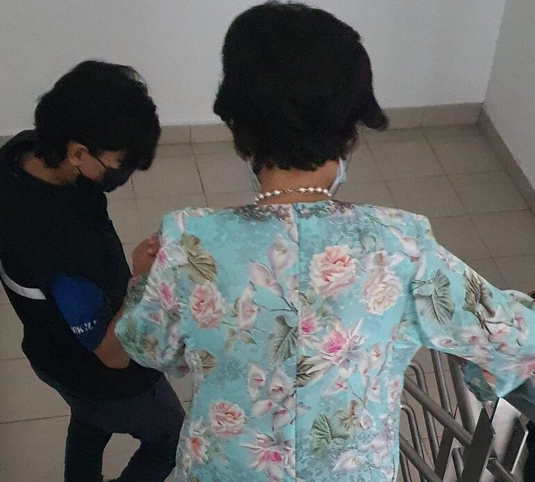 Akibat lif pejabat rosak, Tun Hasmah terpaksa guna tangga dari tingkat 5