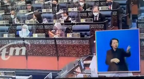 Kecoh !!! Sampai berpusing tangan penterjemah bahasa isyarat parlimen