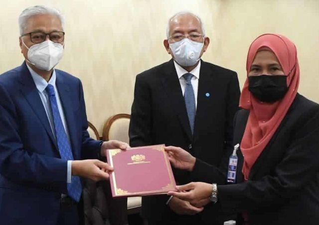 Gempar !!! Adik kepada MP Umno dilantik Pengarah Jabatan